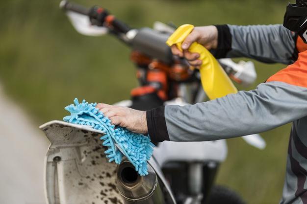 Comment nettoyer ma moto avec du matériel simple ?