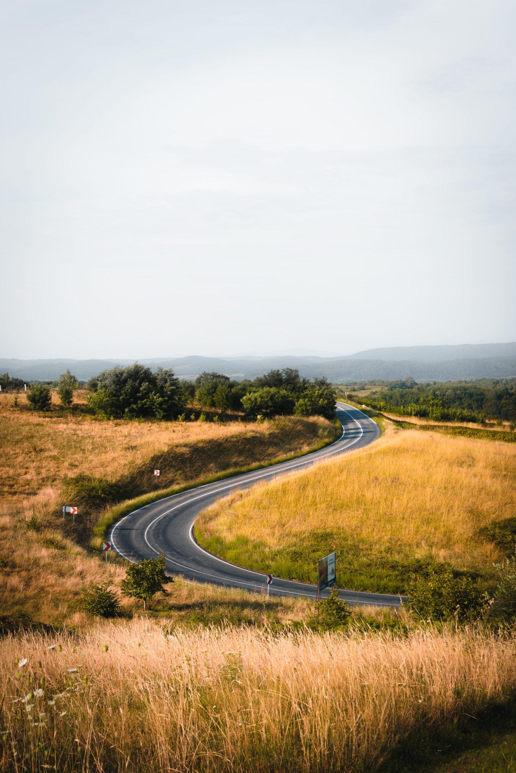 Longue route au millieu d'un champ